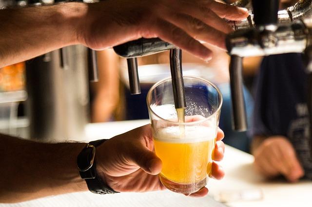 Frisches Bier in der Glocke, eine beliebte Kneipe Hamburg