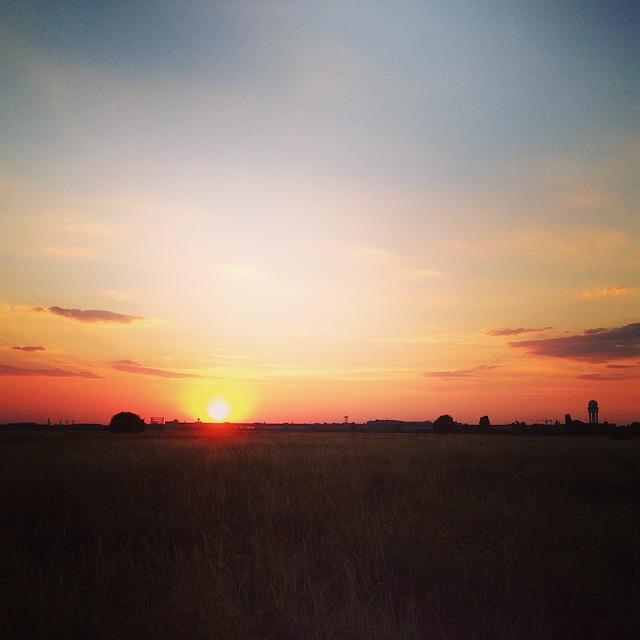 Sonnenuntergang auf dem Tempelhofer Feld