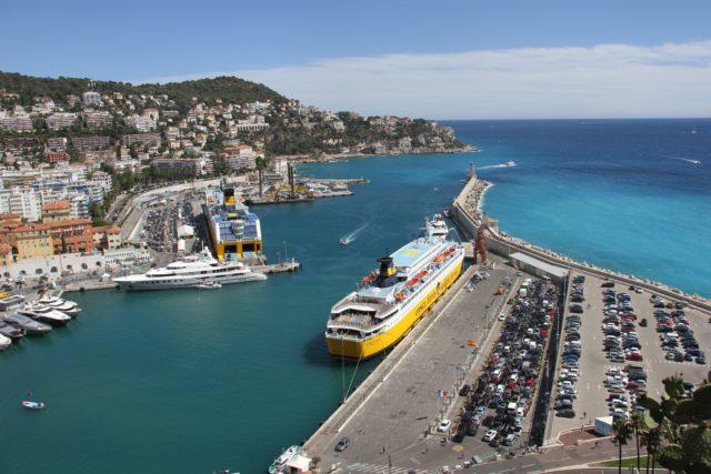 Blick auf den Hafen von Nizza und die Fähre nach Korsika